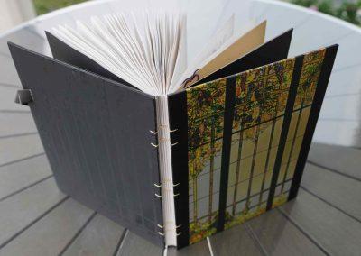 aufgeschlagenes_mundart_gaestebuch_auf_einem_tisch