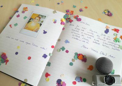 mundart_gaestebuch_foto_text_zitat_marie-theres_auer_mikrofon_konfetti